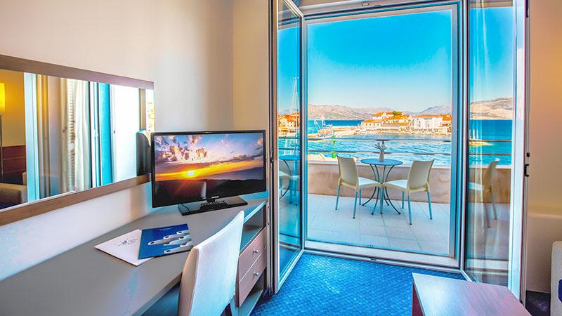 Rumsbild från hotell Pastura på ön Brac med utsikt över havet