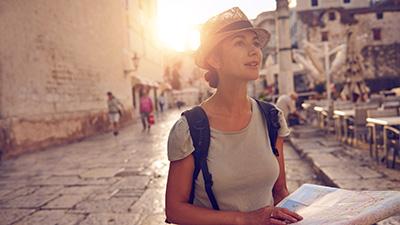 Kvinna i Kroatisk stad håller en karta