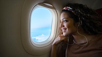 Kvinna tittar ut genom flygplatsfönster