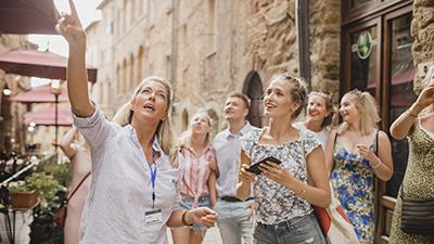 En grupp människor på guidad tur i Kroatien