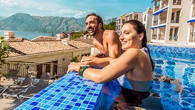 Par badar i pool i Kroatien