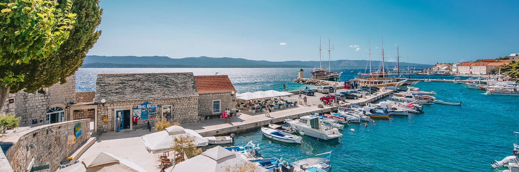 Vacker hamn med båtar i Kroatien