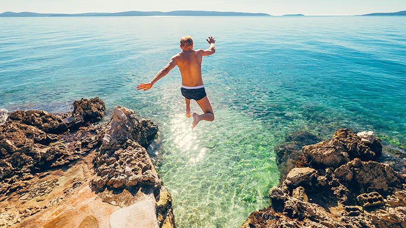 Man hoppar från klippor ner i havet i Kroatien