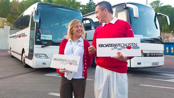 Reseledare står framför transferbussar i Kroatien