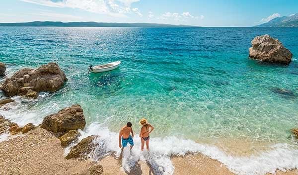 Par på strand i Kroatien