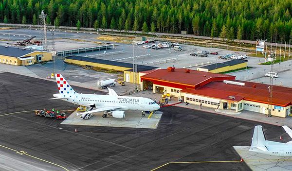 croatia airlines flygplan på örnsköldsvik flygplats